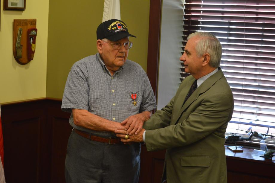 Reed Presents Bronze Star to World War II Veteran